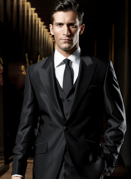 ec35f60160 Ezalatt azt értem, hogy visszatérnek a háromrészes ruhadarabok. A  nyakkendőre nagy hangsúly kerül, így a szokásosnál mélyebbé válik a kivágás.
