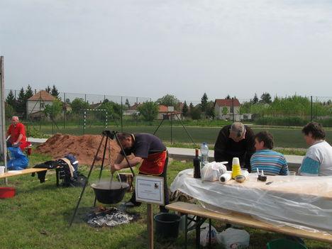 Heiner Ferenc marhapörköltet készít