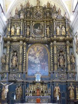 A négy színtes fából készült kora barokk főoltár