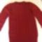 piros pulcsi csavarásokkal