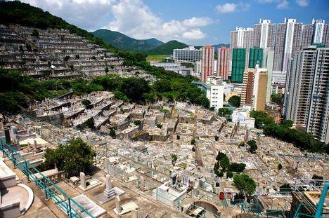város élők és holtak házai