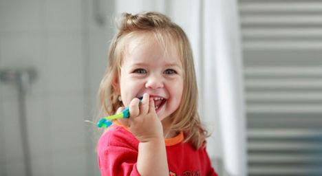 kislány fogkefével