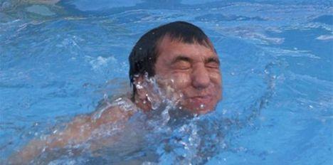 Kolompár úszik - adósságban is