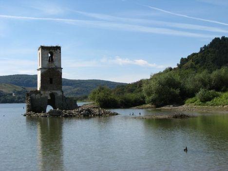 Erdélyi tájak - A Bözödi tó( Az elárasztott falú,csak a templom romjai látszanak)