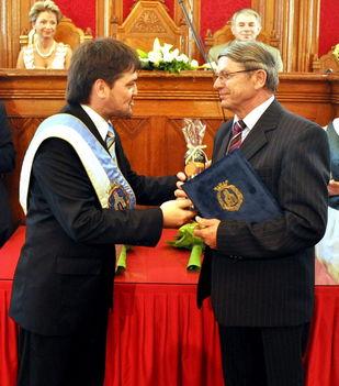 Kapus Krisztián polgármester átadja az elismerést a Városalapítók Napján rendezett ünnepségen