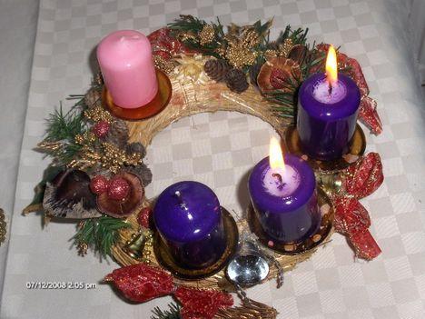Adventi hirnök, friss fenyőág, lobog már két kis gyertyaláng