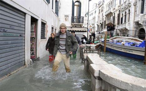 Velence térdig vízben