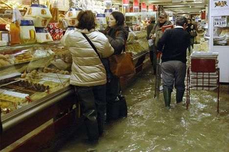 Velencei áruházban elkél a gumicsizma