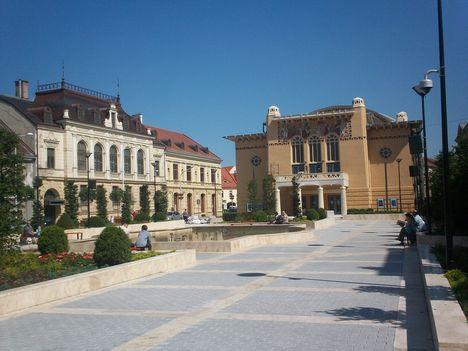 A felújított Petőfi tér a színházzal 210