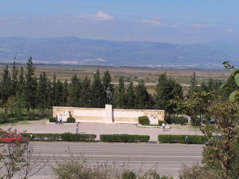 Görögország,  a Thermopülai-szoros, Leonidász király szobra, a spártai katonák sírfelirata 4