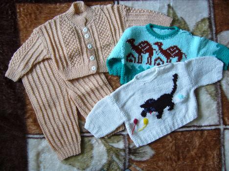 066- Mályva színű együttes, cicás, -tevés pulcsi