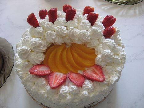 Tejszines-tehéntúrós, gyümölcsös torta