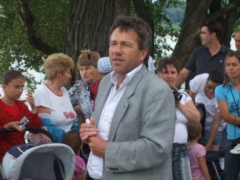 A 2010-ben született gönyűi gyermekeket köszöntő tábla avatása 23