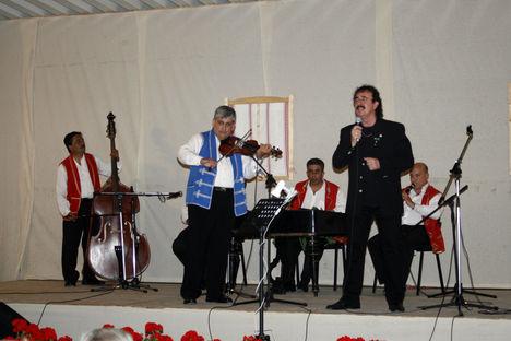 Tarnai Kiss László énekel 2011.júl.2-án Gombán