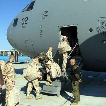 katonák gyakorolják a gyors gépreszállást
