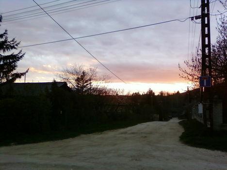 utcakép lemenő napban Nagykovácsin