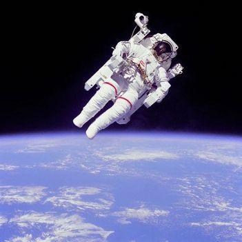 1984. február 7. Bruce McCandless kipróbálta az MMU-t