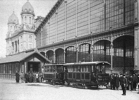 Budapest első villamosa a Nyugati pályaudvar előtt