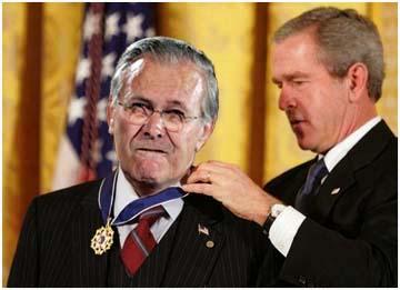 Rumsfeld kitüntetve Irak és Afganisztán lerohanásáért