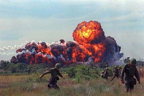 Amerikai napalm bombázás