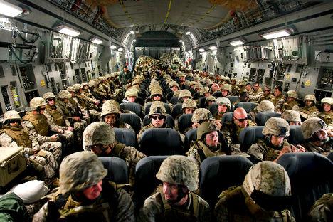 katonák szállítása afganisztánba