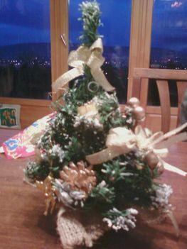 saját kis karácsonyfánk természetes anyagú díszítéssel