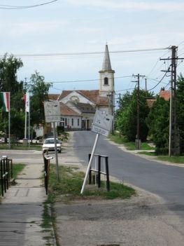 Utcakép templommal