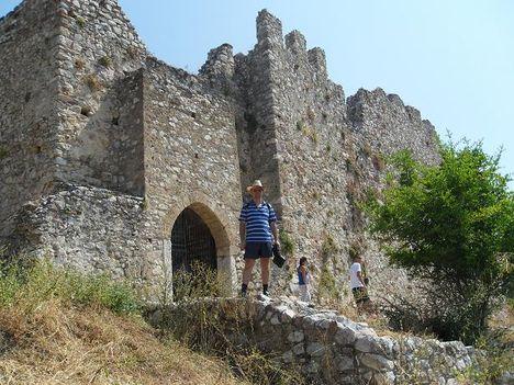 Zoli a vár előtt