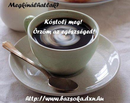 fehér csészében kávé kis tányérral