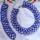 kék nyakék karkötővel