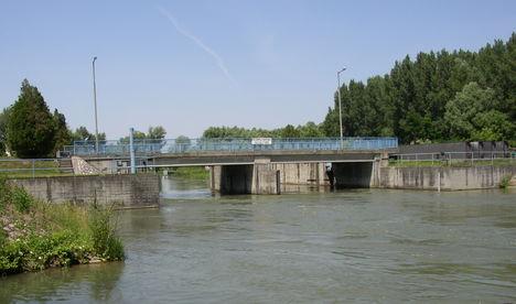 Mosoni-Duna, Duzzasztómű az alvízről
