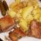 Tepsiben sült oldalas burgonyával és uborkával...