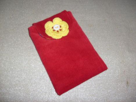 """Mobil (""""kütyü"""")-tartó piros kordból sárga horgolt virágdísszel"""