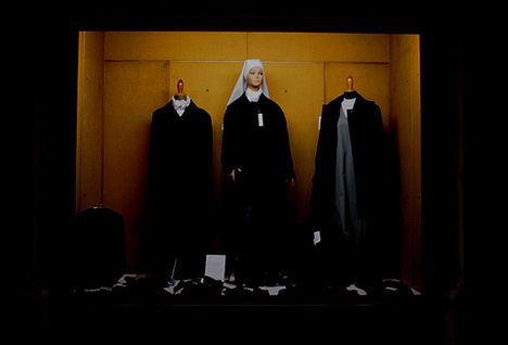 apáca ruhák a kirakatban