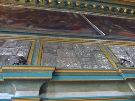 Ezüst lapok a templom falán.