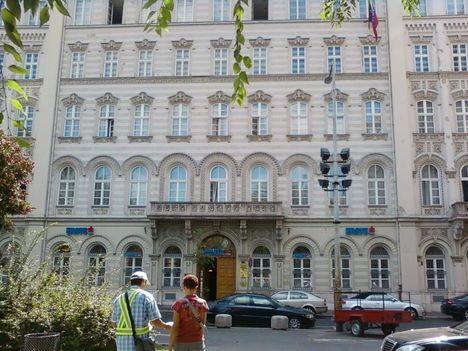 A Bankszövetség székháza előtt
