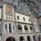 A kolostor épületének homlokzata