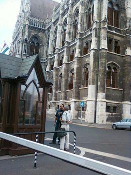 Az Országház bejáratához várjuk a házelnök és a miniszterelnök titkárát