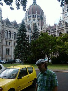 Az Országház előtt
