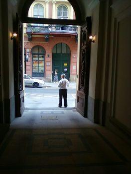 Az OTP székház kapujában