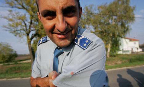 rendőr győzi