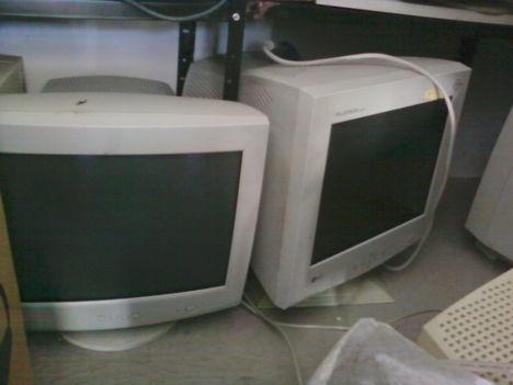 Hagyományos számítógép és monitor 3