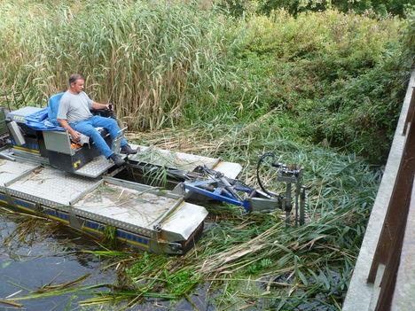Darnózseli, a Nováki csatorna, Mederkaszálás a Truxor nevű úszó munkagéppel, 2011. október 06.-án