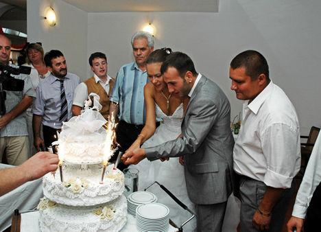 esküvői tortavágás