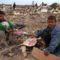 gázai gyerekek élelemért kutatnak