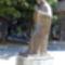 Teréz anya bronzszobra az emlékház mellett