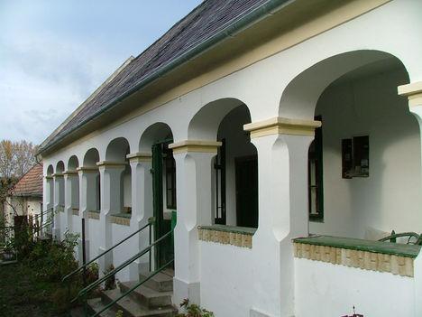 Tornácos ház