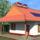 városi szélgenerátor és napelemek kombinációja hibrid rendszer családi házon (számítógépes grafika)