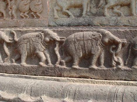 Faragott elefántok egy templom oldalán