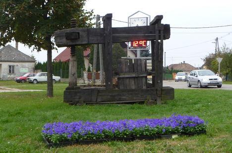 Lipót, A Virágos Magyarországért verseny 2009 évi győztesei most is virágosítának, 2011. október 26.-án